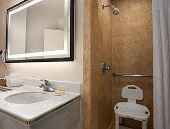 Days Inn Hollywood Near Universal Studios : ADA Bathroom