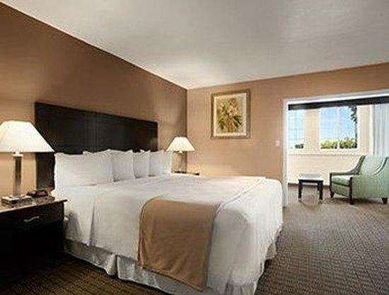 Days Inn Hollywood Near Universal Studios : King Bed Room With Sofa