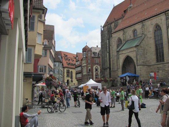 Market Square (Marktplatz): Marktplatz, rechts Stiftskirche