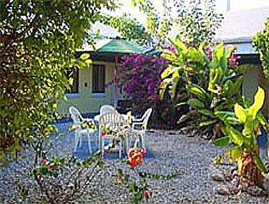 Days Inn and Suites Key Islamorada: Tranquil seating areas throughout courtyard