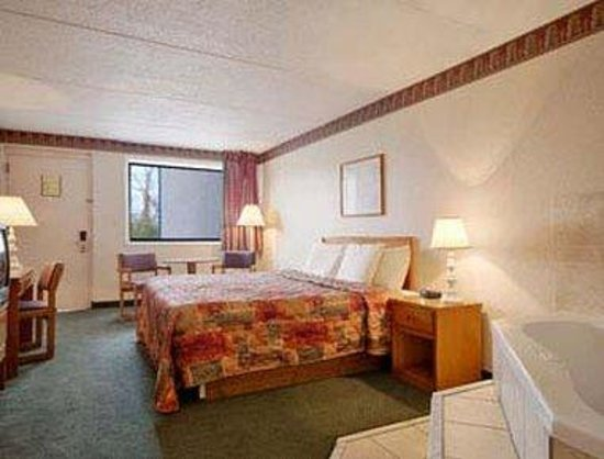 Days Inn Greeneville: Jacuzzi Suite