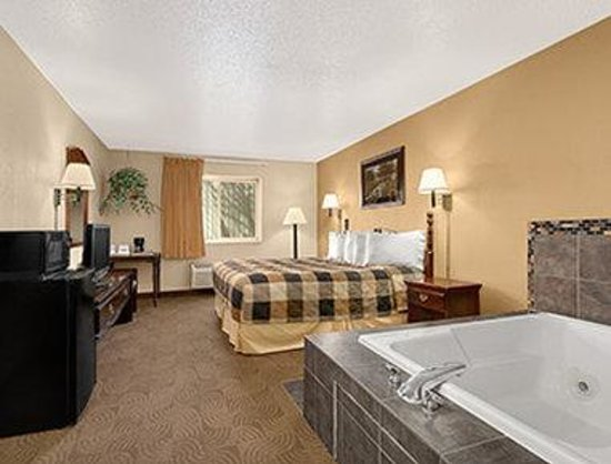 Days Inn Sheridan: One King Bed Jacuzzi Suite