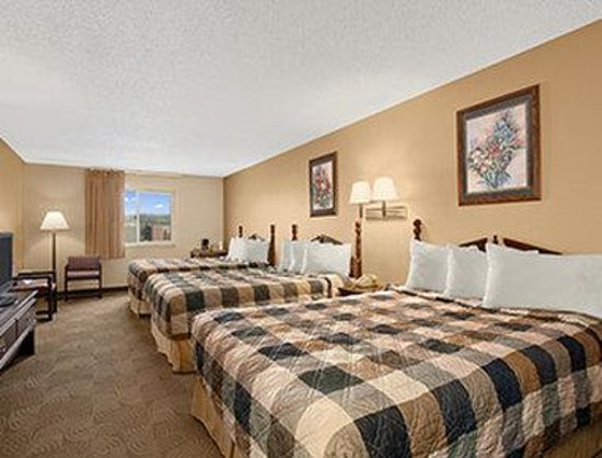 Days Inn Sheridan: Three Queen Beds Family Suite