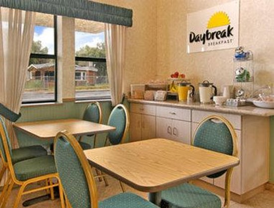 Days Inn & Suites Hayward: Breakfast Area
