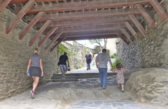 Schloss Marksburg: Walkway up into the castle, hewn from solid rock
