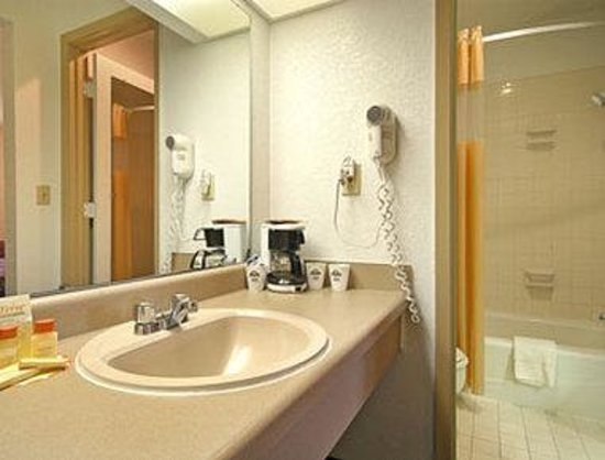 Days Inn Leavenworth: Bathroom