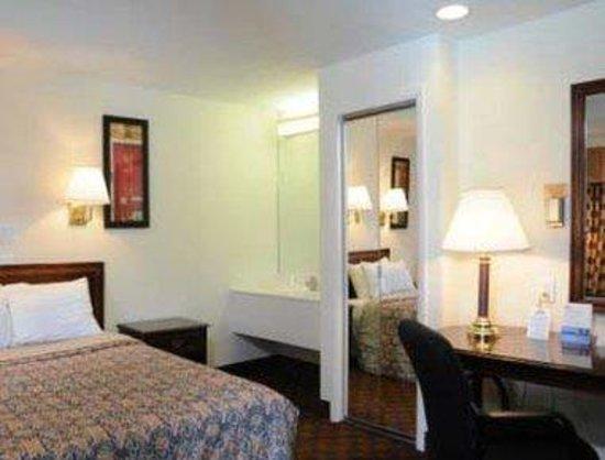 Americas Best Value Inn & Suites- Lexington Park : Budget One Double Bed Room