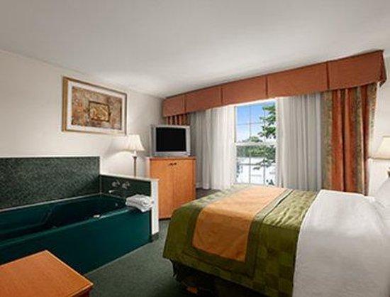 Days Inn & Suites Grand Rapids/Grandville: Hot Tub Suite