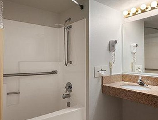 Days Inn & Suites Grand Rapids/Grandville: ADA Bathroom