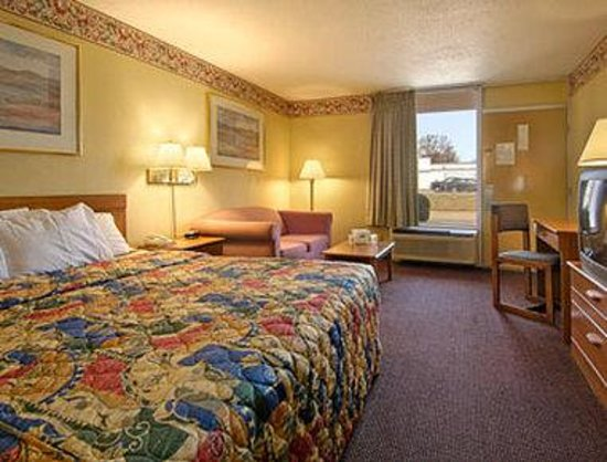Days Inn by Wyndham Muscle Shoals: Suite