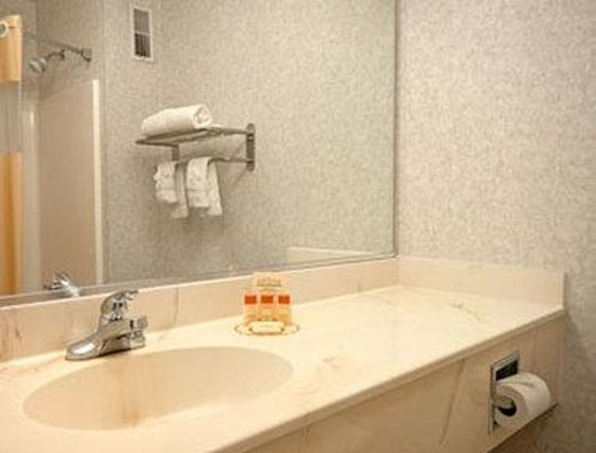 Days Inn Manassas: Bathroom