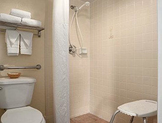 Days Inn & Suites Tucson AZ: ADA Bathroom