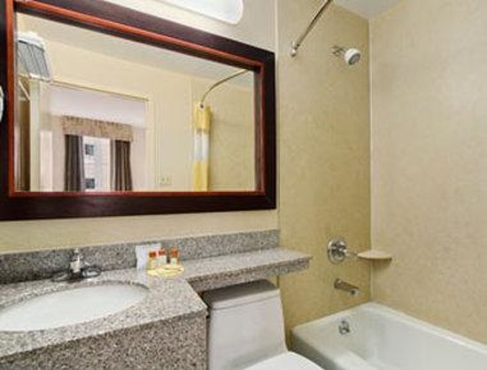 Days Inn Long Island City: Bathroom