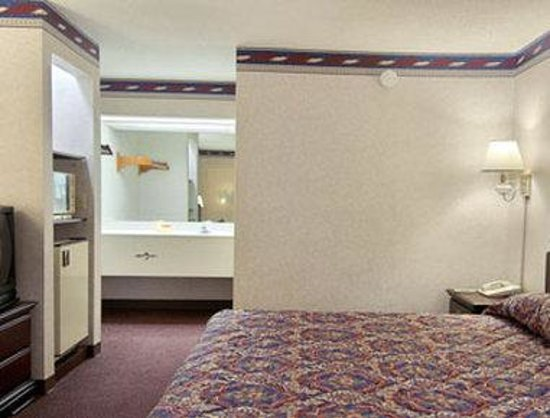 Days Inn Saint Pauls : Standard King Bed Room