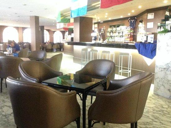 Best Cambrils : evening bar area