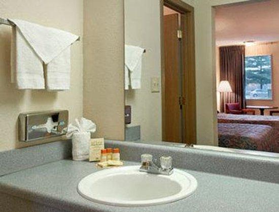 Days Inn Indianapolis East Post Road : Bathroom