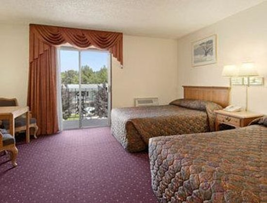 Days Inn Medford: Standard Two Queen Bed Room