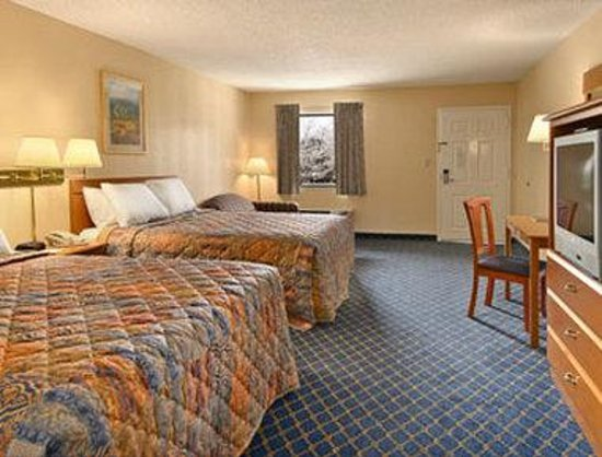 Days Inn Asheville North: Standard Two Queen Bed Room