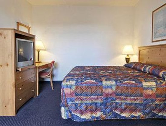 Days Inn & Suites-Mackinaw City-Bridgeview Lodge: King Suite