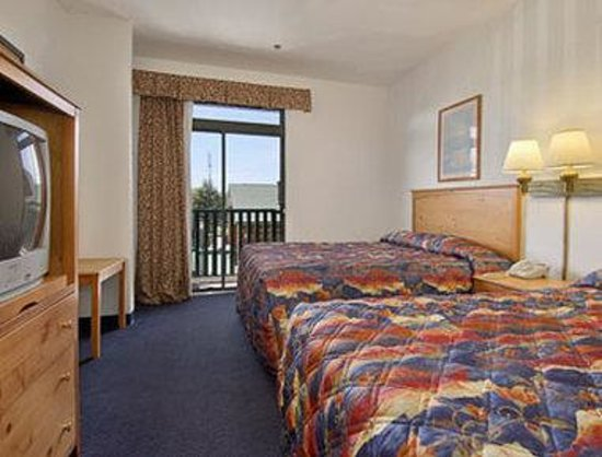 Days Inn & Suites-Mackinaw City-Bridgeview Lodge: Two Queen Suite
