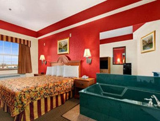Days Inn Alvarado: Jacuzzi Suite