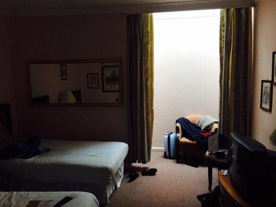 Britannia Manchester Hotel: Tired, dark, dingy, hot and no light