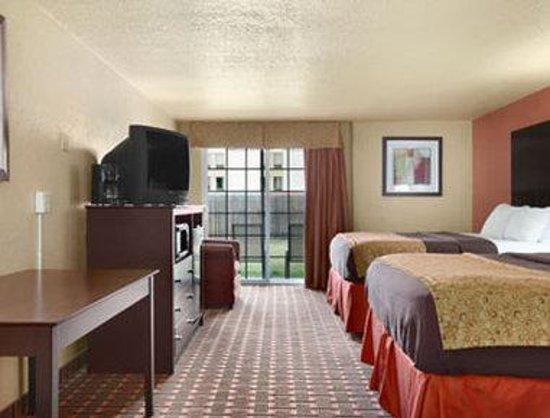 Days Inn Joplin: Standard Two Queen Room