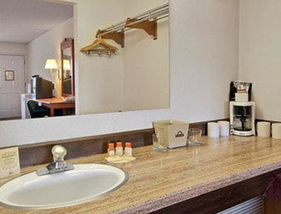 Days Inn by Wyndham Bend: Bathroom