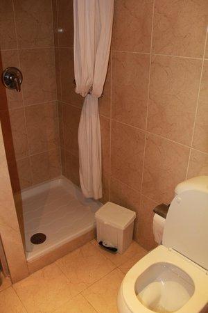 Myramar Fuengirola Hotel: extra douche in badkamer