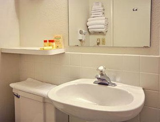 Welcome Inn & Suites: Bathroom