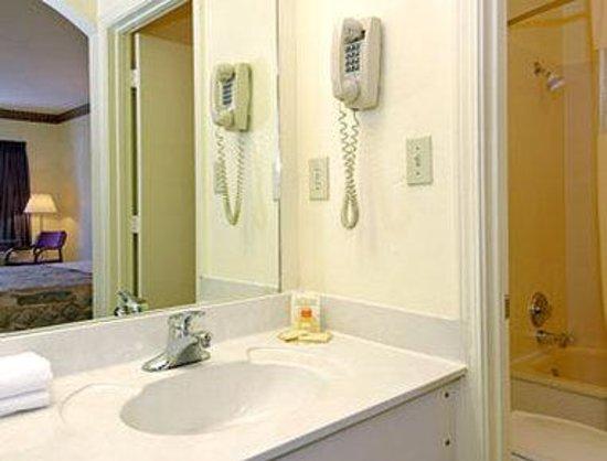 Days Inn Jackson : Bathroom
