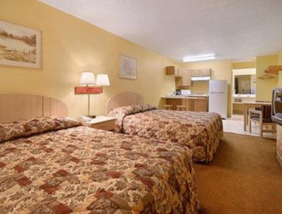 Bishop, TX: Kitchenette Two Double Bed Room