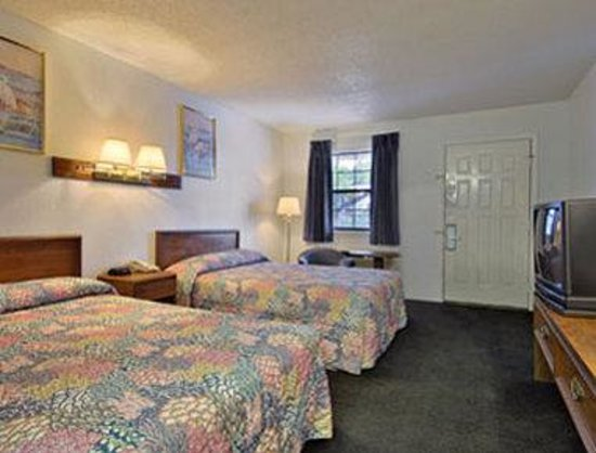 Days Inn Bastrop: Standard Two Double Bed Room