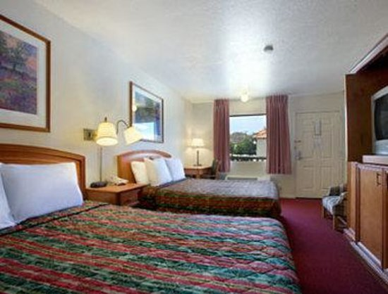 Days Inn Castaic Six Flags Magic Mountain: Standard Two Queen Bed Room