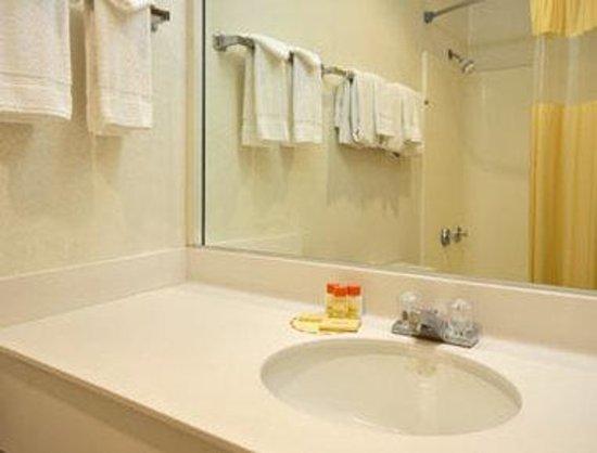 Sideways Inn: Bathroom