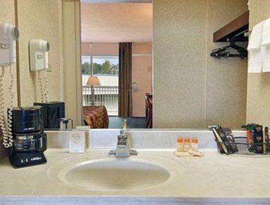 Days Inn Charlottesville/University Area: Bathroom