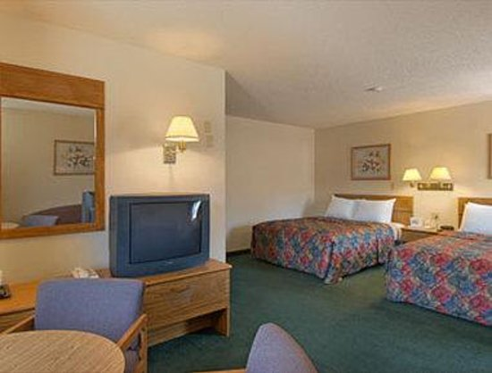 Days Inn Lincoln South : Two Queen Bed Suite