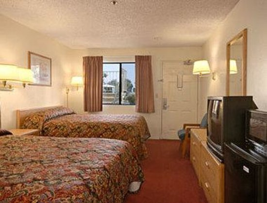 Days Inn Fresno South: Standard Two Queen Bed Room