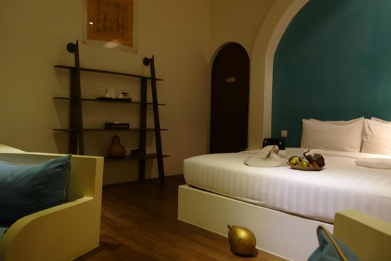 Navutu Dreams Resort & Wellness Retreat: bed and shelves