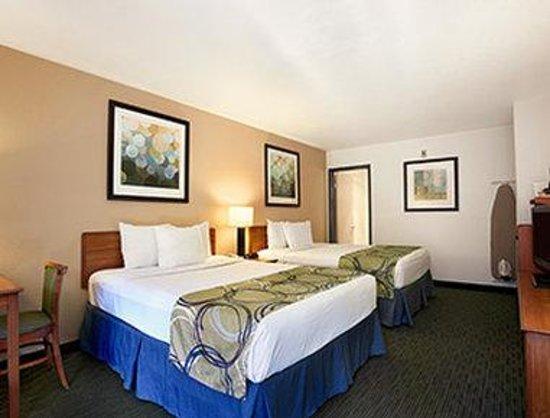 Days Inn Encinitas- Moonlight Beach: Two Queen Bed Room