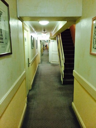 Britannia Manchester Hotel: Tired and smelling walkway