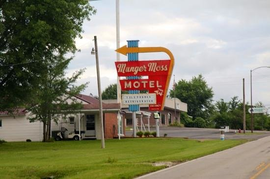 Munger Moss Motel: looks brilliant at night!