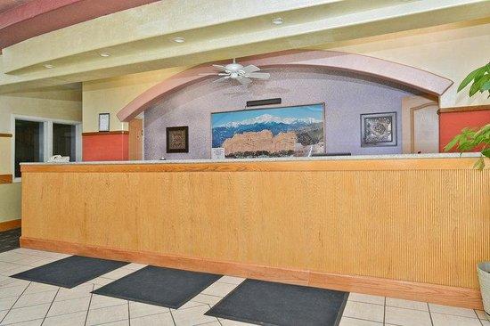 Americas Best Value Inn & Suites Colorado Springs: Front Desk