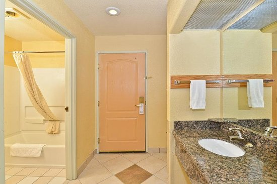 Americas Best Value Inn & Suites Colorado Springs: Accessible Bathroom