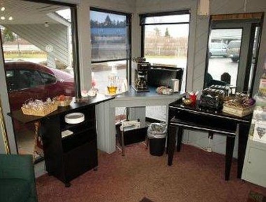 Knights Inn Mackinaw City: Breakfast Setup
