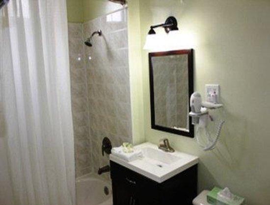 Super 8 San Francisco/Union Square Area: Bathroom