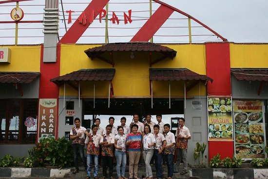 Taipan Restaurant: with Crew