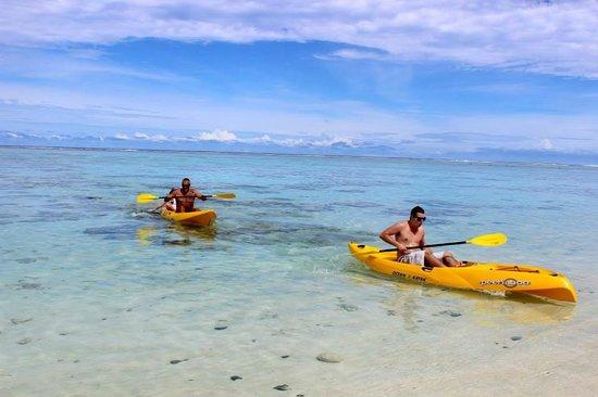 Cooks Bay Villas: Enjoying the kayaks