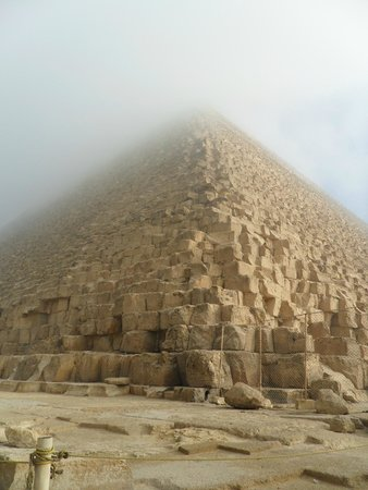 Pirámide de Keops: con niebla lado feo