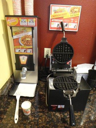 Econo Lodge Old Town: Cute waffle machine.